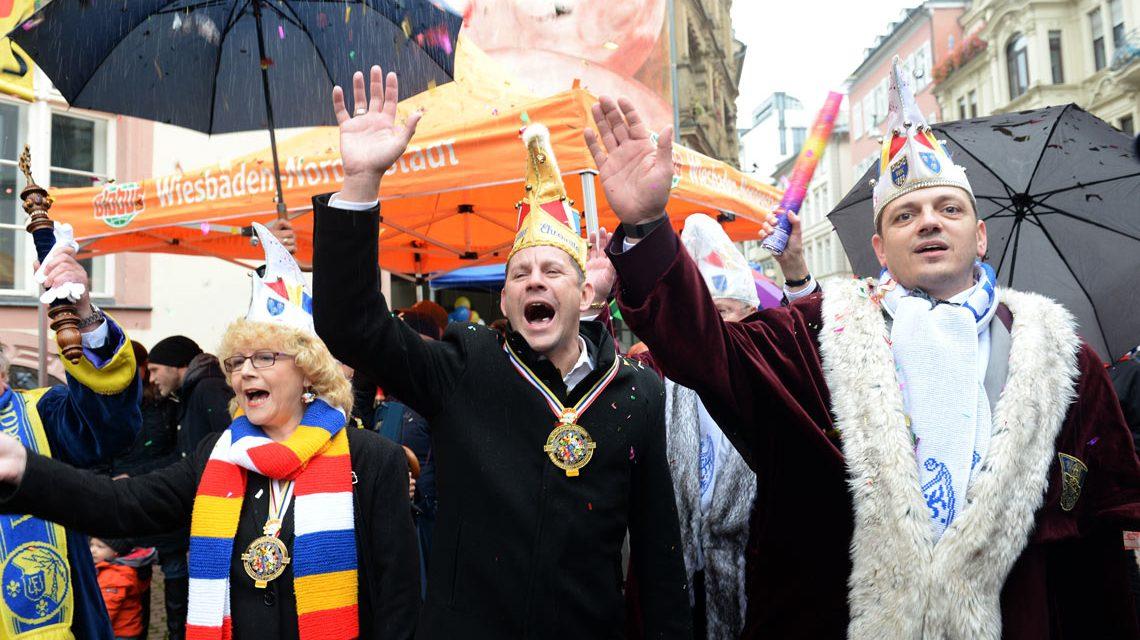 Wiesbadens Stadtverordnetenvorsteherin Christa Gabriel, Oberbürgermeister Sven Gerich, Simon Rottlof am 11.11. um 11:11 Uhr. Die Saison ist eröffnet.