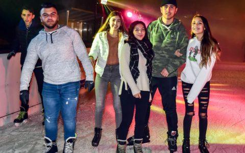 Die erste Eisdisco der Saison hat sich herumgesprochen, Bis runter zur Straße standen die Jugendlichen Schlange. ©2017 Volker Watschounek