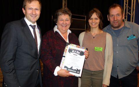 Bürgermeister Dr. Franz übergibt der Schulleitung der Alexej-von-Jawlensky-Schule eine Urkunde im Namen des Präventionsrates. Bild: Stadt Wiesbaden