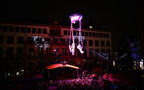Mit dem Kran schweben die Engel von oben herab... Das hat in Wiesbaden Tradition. ©2015 Volker Watschounek