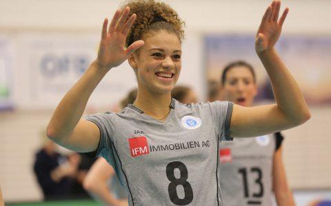 Kimberly Drewniok wird beim VC Olympia Berlin als wertvollste Spielerin ausgezeichnet. ©2017 Detlef Gottwald