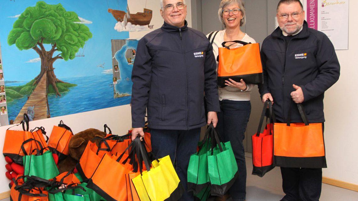 """Sie brachten bunte Überraschungen für die Kinder: Udo Stieglitz (r.) und Joaquim da Silva mit Petra Scheid von """"Bärenherz"""" ©2017 ESWE Versorgung"""