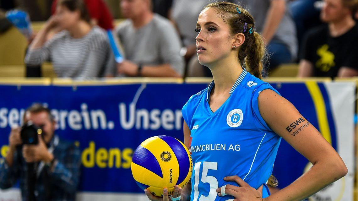 Die Damen des VCW präsentierten sich zum Auftakt schon richtig stark. Nach drei Sätzen stand es 3:0 für Wiesbaden. Jennifer Keddy trug dazu bei. ©2017 Volker Watschounek