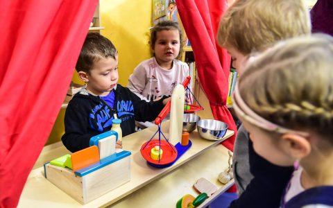 Kaufmannsladen, Kinder lernen bereits füh mit Geld umzugehen. ©2017 Volker Watschounek