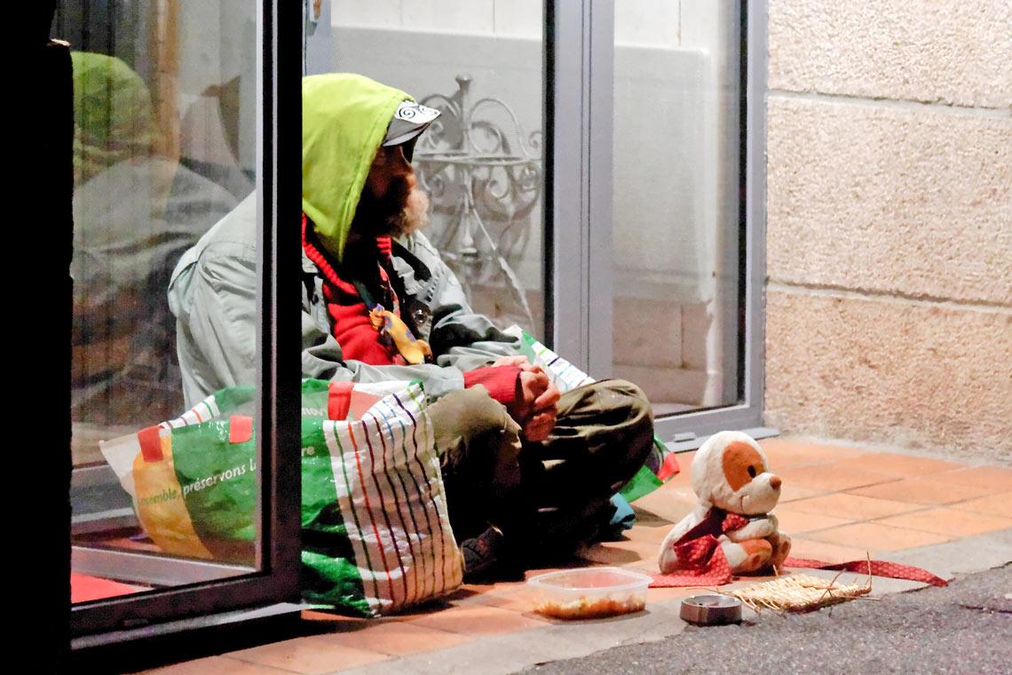 Wenig beachtet: Obdachloser im Hauseingang sitzend. ©2017 ludovic / Flickr / CC BY-SA 2.0