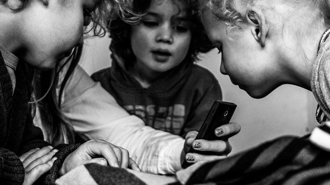 Das Smartphone entwickelkt sich zum Statussymbol: bereits bei Vorschulkindern. ©2017 Arjan / Flickr
