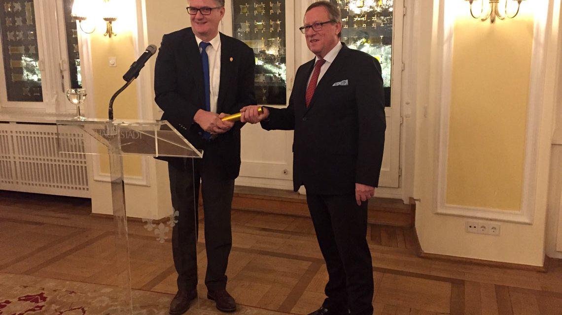 Darmstädter Bürgermeister Raphael Reißer übergibt Staffelstab an Stadtrat Detlev Bendel @2017 Stadt Wiesbaden