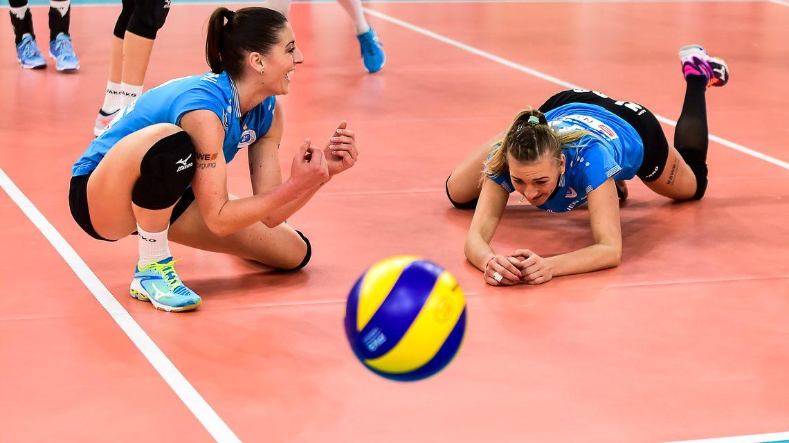 Karolina Bednarova und Simona Kosova haben das Nachsehen. VBL Frauen | 1. Bundesliga | VC Wiesbaden : Allianz MTV Stuttgart | 1:3 | 2. Deztember 2017 ©2017 Volker Watschounek