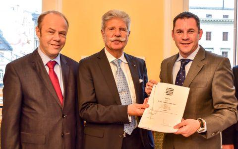 Oberbürgermeister Sven Gerich und Reinhard Ernst unterzeichnen den Vertrag für das Kunstmuseum an der Wilhelmstraße 1. ©2017 Volker Watschounek