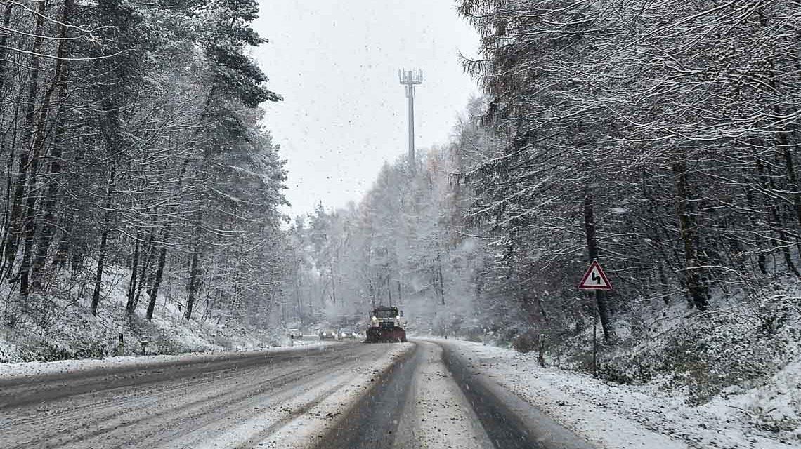 Schneefront legt Verkehr in und um Wiesbaden lahm