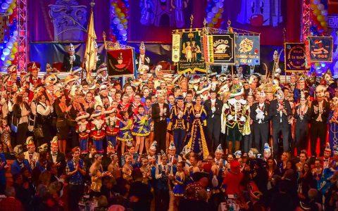 Einzug aller Mitwirkender und Empfang auf und vor der Bühne in den Friedrich-von-Thirsch Saal im Kurhaus. Am Ende standen weit über 100 Personen auf und vor der Bühne, soviele Karnevalisten, wie nie zuvor. Foto: Volker Watschounek