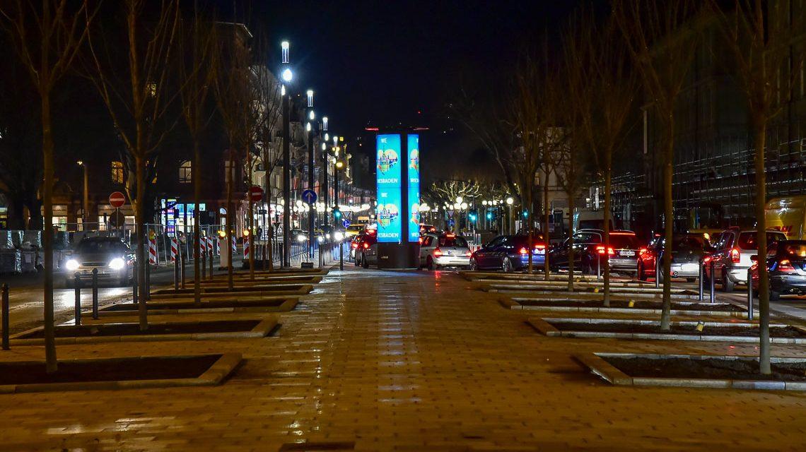 Friedrich-Ebert-Allee bei Nacht, Freier Blick auf die Wilhelmstraße. ©2018 Volker Watschounek