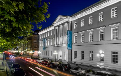 Lichtinstallation des IHK Gebäudes an der Wilhelmstraße. ©2018 Matthias Klenke/IHK Wiesbaden