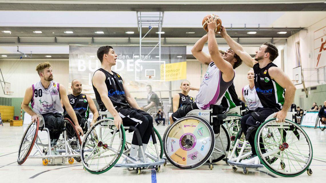 Matthias Guetner setzt sich gegen die Muenchner Josef Wernberger (rechts)-und Center Florian Mach (links) durch ©2018 Steffie Wunderl