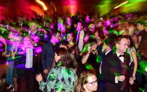 Galant, rauschend, stilvoll und glamourös feierten Wiesbadener die Silvesternacht im Kurhaus. ©2017 Volker Watschounek