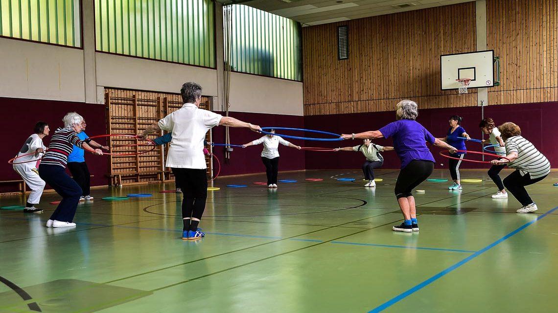 Es geht weniger um Leistung, vielmehr um gemeinsamen Spaß. Einmal die Woche treffen sich die Senioren um gemeinsam Sport zu treiben. ©2018 Volker Watschounek