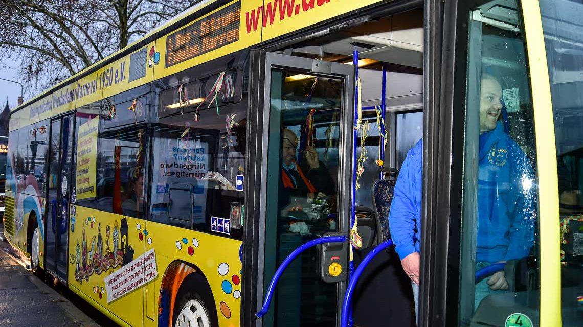 Wiesbadens erste Bus-Sitzung tourt durch die Stadt
