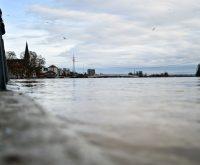 Der Rhein erreichte am Sonntag in Wiesbaden die Hochwasserwarnstufe II. Viele Wiesbadener nutzten den freien Tag für einen Spaziergang: in Biebrich Schierstein... @2018 Volker Watschounek