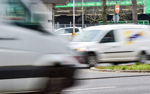 Wird die Straße breiter, fährt man gerne schneller. Das kann teuer werden. Hier steht Wiesbadens Verkehrsüberwachung in der kw 8. ©2018 Volker Watschounek