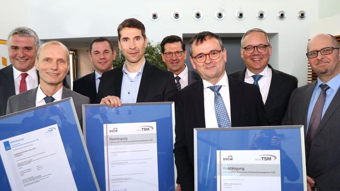 Ausgezeichnete Stimmung bei der Auszeichnung (v. l.): Jörg Höhler, Peter Lautz, OB Sven Gerich, Markus Böhm, Heinz Flick, Jürgen Pilz, Ralf Schodlok und Dr. Bernhard Müller. ©2018 ESWE Versorgung