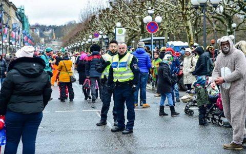 Fastachtssontag, die Rue ist gesperrt und Wiesbadens Polizei ist präsent. ©2018 Volker Watschounek