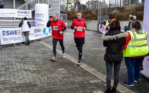 Erster EnergyRun in Wiesbaden. Etwa über 400 Läufer machten sich bei Temperaturen von um die fünf Grad auf den Rundkurs von der Brita Arena in die Stadt zum RMCC. Nach den Erwachsenen starteteten die Schüler. Für sie war das Ziel am RMCC erreicht. ©2018 Volker Watschounek