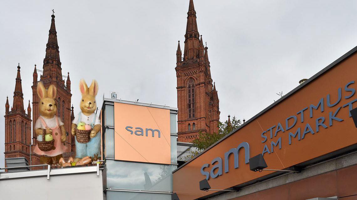 Stadtmuseum am Markt in Wiesbaden. Zwei Häschen blicken auf Ostern. ©2018 Volker Watschounek