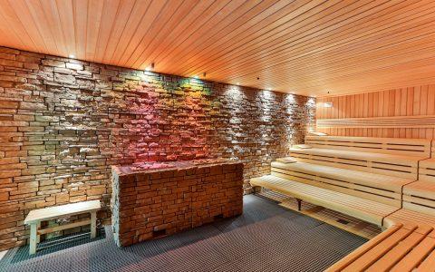 Die Sauna im Untergeschoss der Aukamm Therme bietet Platz für etwa 30 Personen. Ist Aufguss-Zeit, wird es eng und kuschelig. ©2018 Mattiaqua