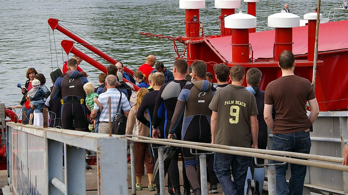 Anschwimmen in Wiesbaden: Taucher und deren Freunde und Angehörige betreten das Löschboot ©2018 Michael Ehresmann / 112.de / Flickr / CC BY-NC-ND 2.0