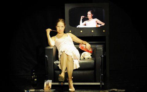 """Chris Pichler in """"Romy Schneider, zwei Gesichter einer Frau"""" ©2018 Lena Obst / Staatstheater Wiesbaden"""