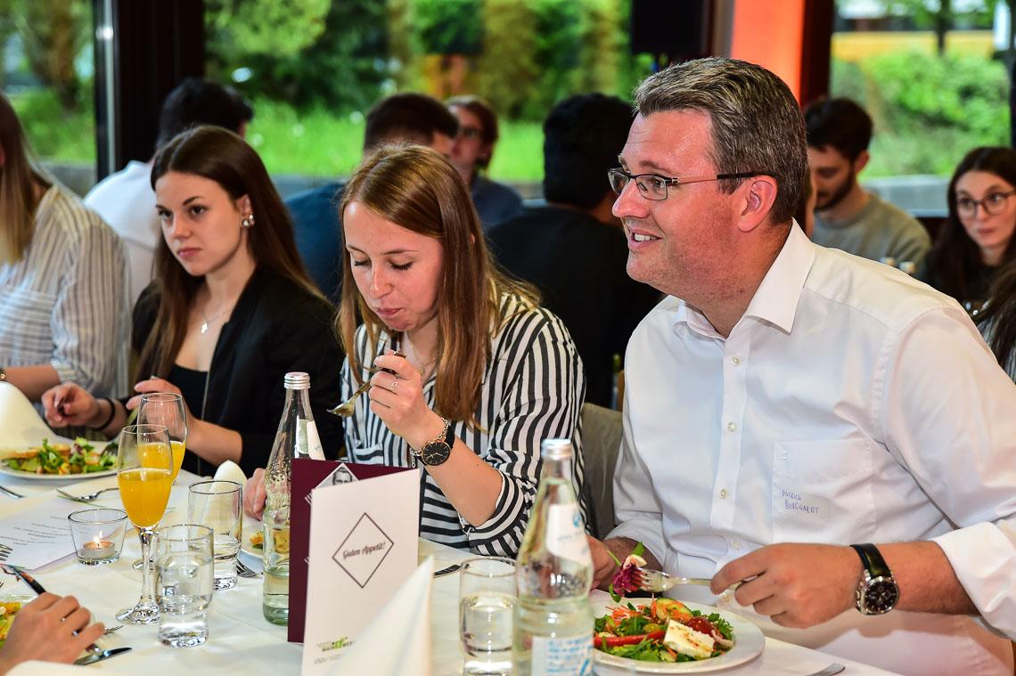 Staatssekretär Patrick Bukhardt Tauscht Sich Beim Essen Mit Den