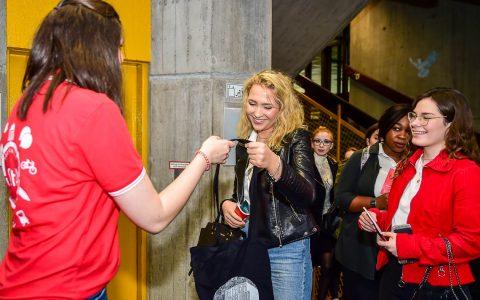 Bevor es in den Hörsaal geht, bekommt die Frankfurterin Lena Ullmann, Erstsemester im Fachgebiet Medienmanagement, wie alle anderen das Erstesemester-Bag der ASta. ©2018 Volker Watschounek