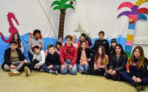 Schüler der Riehl Schule und der Friedrich von Bodelschwing Schule präsentieren ihr Bühnenbild bei der inklusiven Vernissage in der Kinder- und Jugendausstellung. ©2018 Volker Watschounek