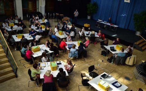 Dienstagmittag, Kulturforum Wiesabden. Helfer zählen die Stimmen zur Wahl des Kulturbeirats aus. ©2018 Volker Watschounek