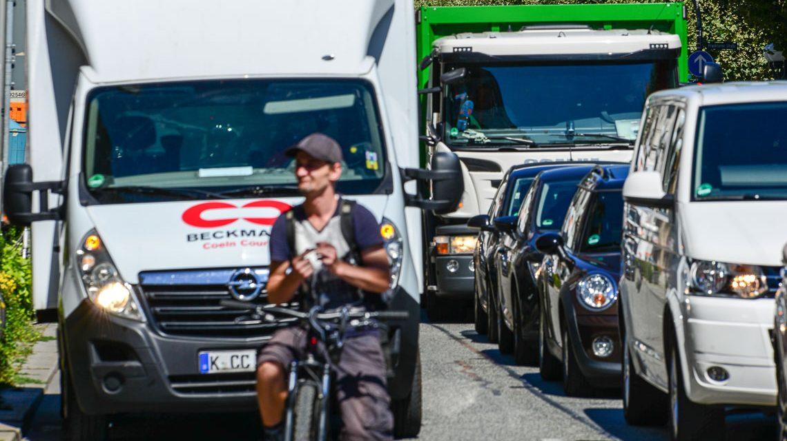 LKWs dürfen weiter durch Wiesbaden fahren und mit im Stau stehen. ©2018 Volker Watschounek