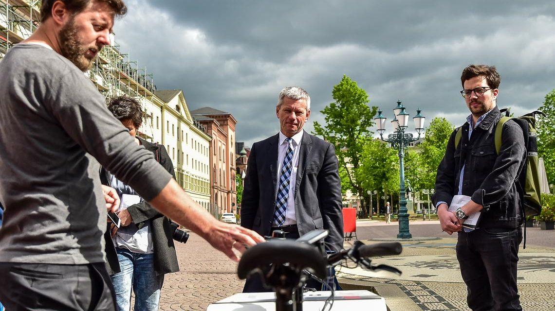 Verkehrsdezernat und Verkehrsdezernent testen Lastenrad