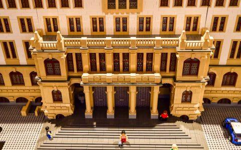 Rund 300.000 verbaute Legosteine ergeben drei Gebäude, zu sehen im Rathaus. ©2018 Volker Watschounek