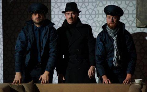 """Matze Vogel, Ulrich Rechenbach, Maximilian Pulst in""""Arsen und Spitzenhäubchen"""" ©2018 Karl Forster"""