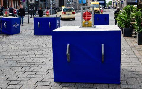 Betonsperren helfen Veranstaltungsorte vor dem Eindringen von unbefugten Fahrzeugen sichern. Hier in Wiesbaden-Blau. ©2018 Volker Watschounek