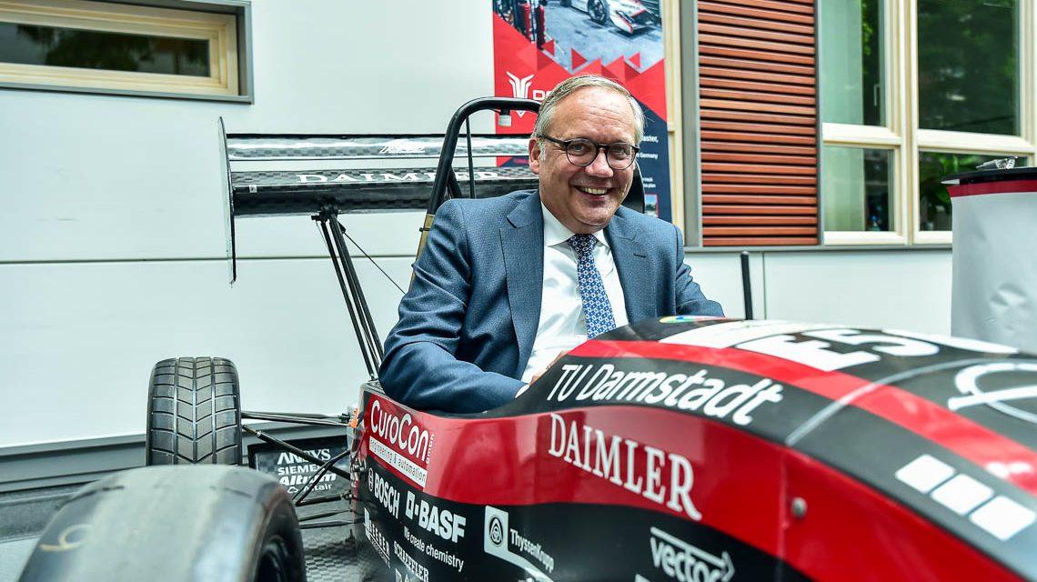 Zweiter Tag der Elektromobilität, Vorstandsvorsstitzender Ralf Schodlok nimmt Platz in einem E-Rennwagen der TU Darmstadt. ©2018 Volker Watschounek