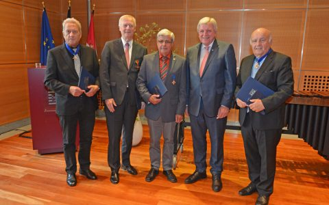 Georg Lewandowski, Bernd Abeln, Walter Wiedemann, Ministerpräsident Volker Bouffier und Wolfgang Nickel. ©2018 Hessische Staatskanzlei