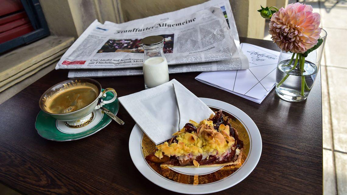 Kaffee und Kuchen im Literaturhaus Café auf der Terrasse. ©2018 Volker Watschounek