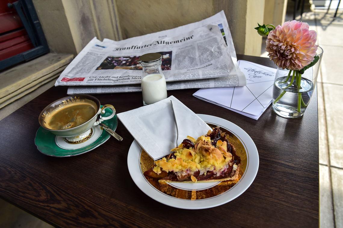 Kaffee und kuchen im literaturhaus caf auf der terrasse for Kuchen volker hosbach