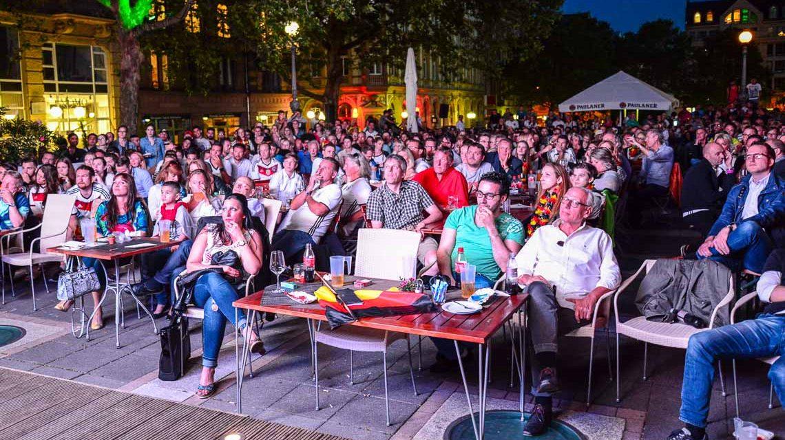 Public Viewing in Wiesbaden, hier im Lumen. ©2016 Volker Watschounek