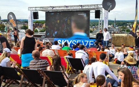 Public Viewing Fußball WM 2014, Wiesbaden, auf dem Dach von Karstadt
