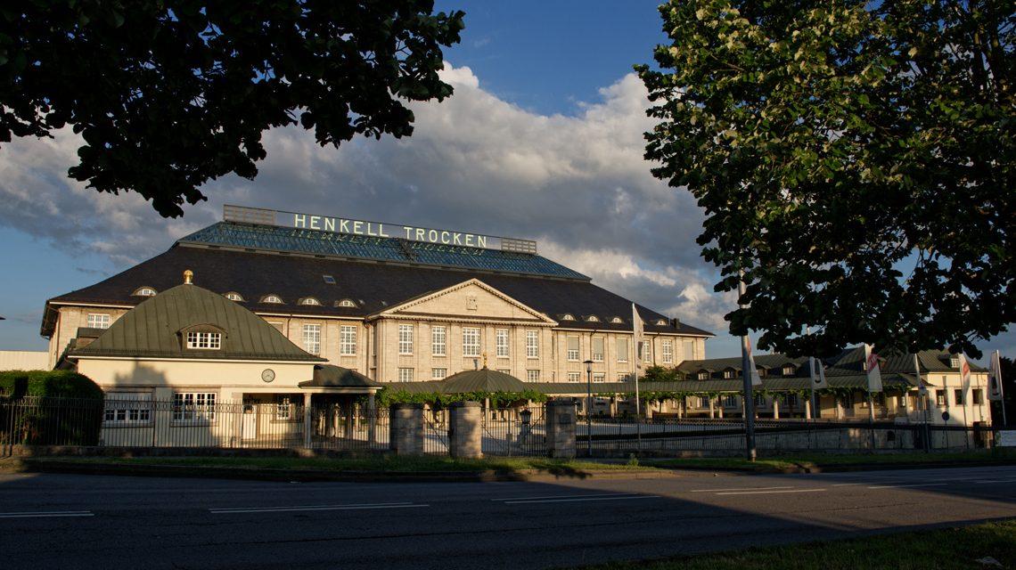 Der Hauptsitz der Henkell & Co. Sektkellerei in der Biebricher Straße im Abendlicht. ©Ralf Brinkmann