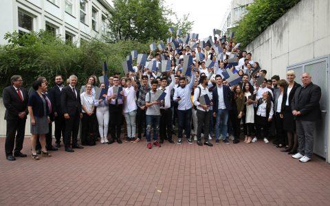 Staatssekretär Dr. Manuel Lösel überreicht 150 Diplomandinnen und Diplomanden an der Kerschensteinerschule in Wiesbaden ihre Sprachdiplome. ©2018 HKM