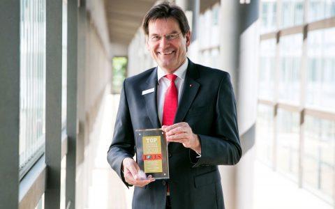 """Ulrich Fritsche, Naspa- Zentralbereichsleiter Personal und Recht, mit der FOCUS-Auszeichnung """"Top-Arbeitgeber"""". Innerhalb der Banken- und Finanzdienstleistungsbranche erreicht die Naspa Platz 9 unter 75 Instituten, insgesamt Platz 91."""