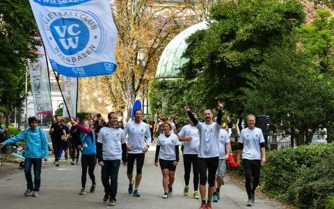 80 Teams hatten sich zum 25 Stundenlauf gemeldet, mehr als 1500 Sportler gingen an den Start. Wiesbadens Kurpark verwandelte isch in eine Laufarena.