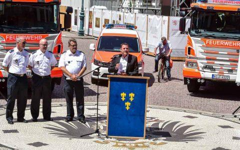 Oberbürgermeister übergibt Einsatzfahrzeuge an die Feuerwehr. ©2018 Volker Watschounek